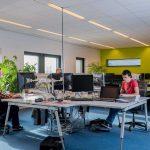 Bedrijfsruimte Bedrijfsverzamelgebouw Capitool 50 in Enschede 3 mensen achter de computer aan het werk