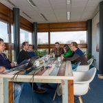Vergaderruimte Bedrijfsverzamelgebouw Capitool 50 in Enschede mensen die aan het vergaderen zijn